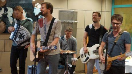 """Die Band Miljö war im Rahmen der Reihe """"Kunst und Kultur"""" im """"Wohnzimmer"""" des Dr. Mildred Scheel Hauses zu Gast."""