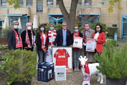 Alexander Wehrle, Werner Wolf und Nicole Fischer vom 1. FC Köln mit Vertretern von Endlich und dem Palliativzentrum im Garten des Dr. Mildred Scheel Hauses
